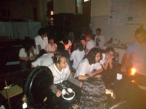 Estudantes na atividade de formação de imagens nas lentes esféricas de Gauss